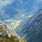 Sau med utsikt over Jostedalen